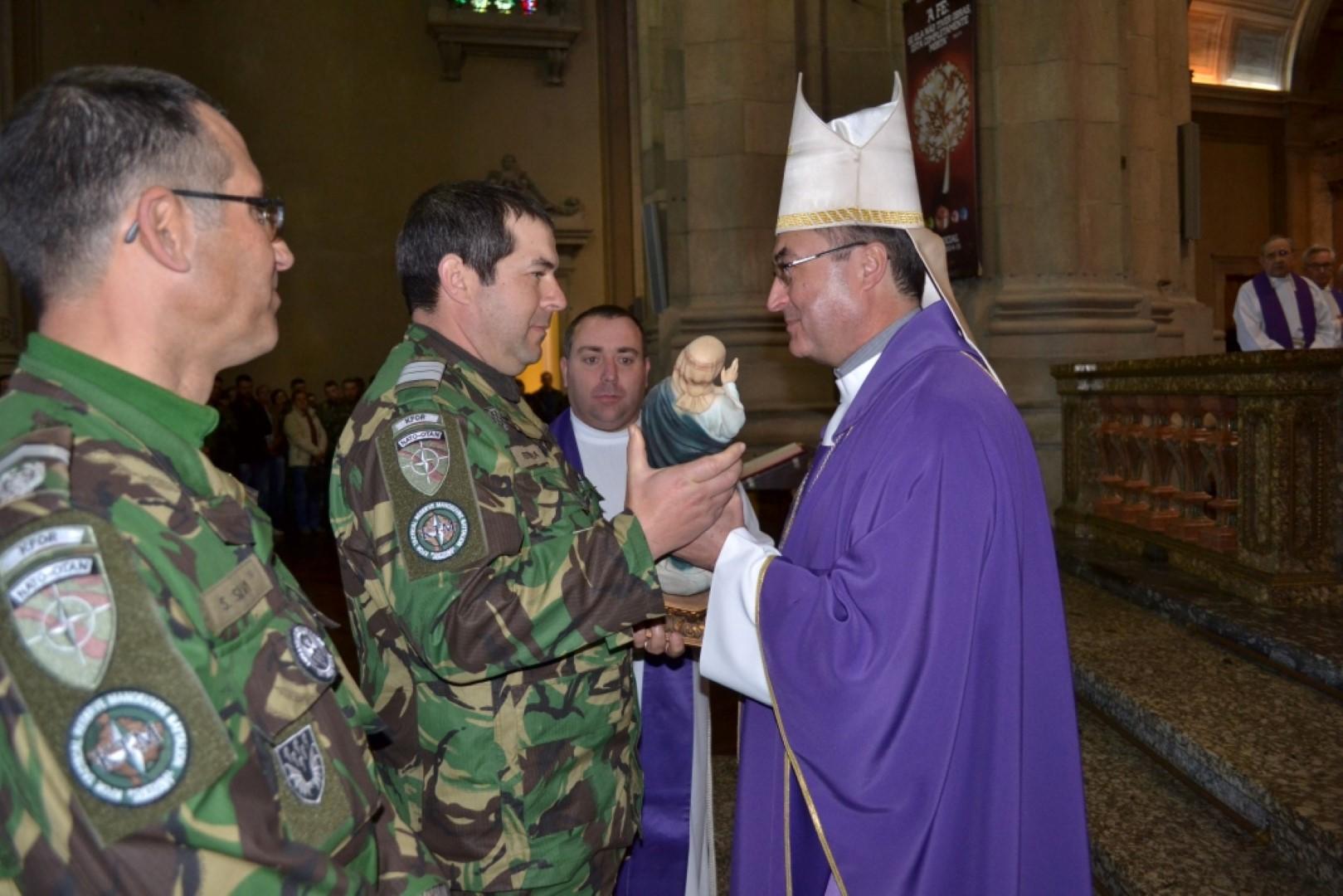 Entrega da N Senhora ao Comandante do Grupo de Autometralhadoras Kosovo Force e Recce Coy Portuguese Army 2015